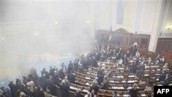 Bombë tymuese në parlamentin ukrainas