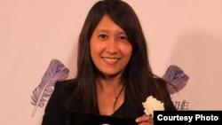 Esther Htusan ပူလစ္ဇာဆု လက္ခံယူ