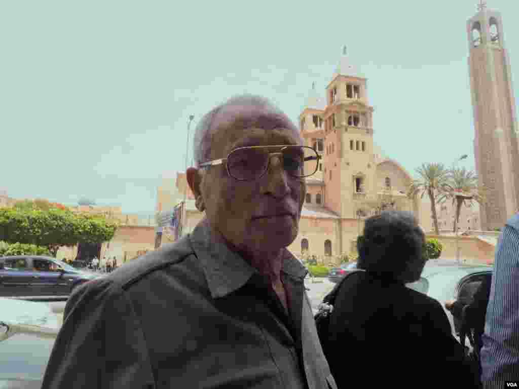 """Robert Sargius mengatakan tentang kematian keponakannya Medhat Tanius, """"Saya tidak bisa menuduh EgyptAir ceroboh karena investigasinya belum selesai."""" (22/5). (VOA/Hamada Elrasam)"""