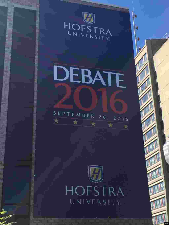 پہلا صدارتی مباحثہ ریاست نیویارک کے شمال مشرقی شہر ہیمسٹڈ کی یونیورسٹی ہافسٹرا میں ہوگا۔