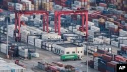 شنگھائی کی بدرگاہ پر چین کا تجارتی سامان بیرون ملک ترسیل کے لیے تیار ہے۔ فائل فوٹو