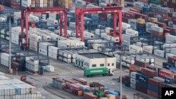 """""""China se dedicará a este fin a cualquier precio y definitivamente luchará con firmeza"""" si Washington persiste en su """"proteccionismo"""", dijo el Ministerio de Comercio chino en un comunicado."""