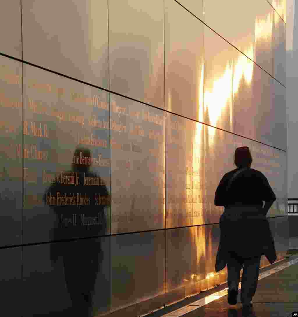 """Bóng người phản chiếu nơi bức tường làm bằng thép có tên """"Empty Sky"""" để tưởng niệm vụ 11/9 tại New Jersey, phía bên kia thành phố New York."""