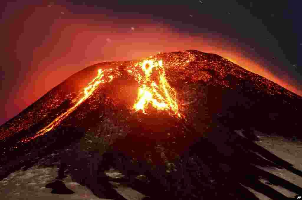 Núi lửa phun trào gần Villarica Pucon, Chile.