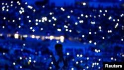 在里约奥运会开幕式开演前观众使用手机照明 (2016年8月5日)