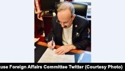 آقای انگل احضار نامه زلمی خلیلزاد را به کمیته روابط خارجی مجلس نمایندگان ایالات متحده روز پنجشنبه (۲۱ سنبله) امضا کرد.