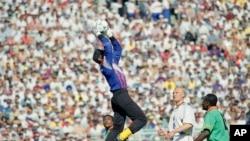 Joseph Antoine Belle saute et arrête un tir lors d'un match de la phase finale de la Coupe du monde, groupe B, entre son équipe, le Cameroun, et la Suède, au stade Rose Bowl, à Pasadena, en Californie, 19 juin 1994.
