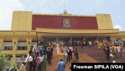 En RCA, la nouvelle Assemblée Nationale a officiellement pris fonction ce mardi. La cérémonie s'est déroulée au Palais du Peuple à Bangui. Au total, 128 députés sont convoqués pour cette première session extraordinaire du nouveau parlement