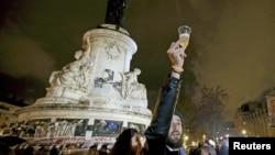 "Warga Perancis memadati ""Place de la Republique"" di Paris hari Jumat (20/11) malam."