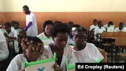 (Foto de arquivo) Crianças exploram pequenos computadores portáteis na escola da missão católica Dom Bosco no Sambizanga, Luanda. Angola