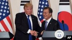 En esta foto de archvio se ve al presidente de EE.UU., Donald Trump, (izquierda) y el presidente de Corea del Sur, Moon Jae-In, durante una conferencia de prensa conjunta en Seúl, el 7 de noviembre, de 2017.