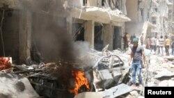28일 시리아 반군이 점령하고 있는 알레포 지역에 공습이 있은후 주민들이 붕괴된 건물 주변을 수색하고 있다.