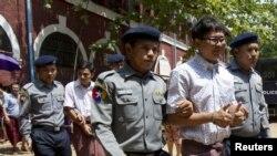 路透社记者瓦龙和觉梭2018年8月20号被警察押带出法院。