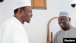 Le président du Nigeria, Muhhamadu Buhari, et l'ancien vice-président, Alhaji Atiku Abubakar, assistent aux prières de Jumaat après le retour d'Alhaji Atiku Abubakar d'un traitement médical à Abuja, au Nigeria, le 5 novembre 2015.