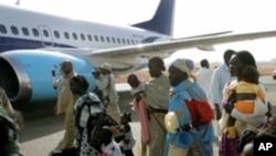 Người Nam Sudan lên phi cơ để hồi hương