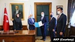 AKP Grup Başkanvekili Özlem Zengin (solda)