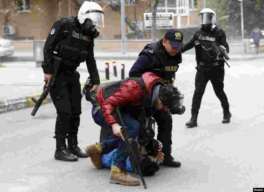 ماموران نظامی ترکیه، یک معترض طرفدار کردها را در استانبول دستگیر می کنند. در حالیکه تنش بین پلیس ترکیه و پیکارجویان کرد در جنوب این کشور ادامه دارد، برخی فعالان کرد، در استانبول در تجمعاتی خواستار پایان تنش دولت ترکیه با کردها هستند.