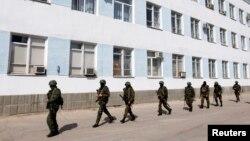 Những người đàn ông vũ trang, được cho là lính Nga, bên trong trụ sở hải quân Ukraina ở Sevastopol, Crimea, ngày 19/3/2014.