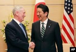 ລັດຖະມົນຕີປ້ອງກັນປະເທດສະຫະລັດ ທ່ານ Jim Mattis, ຊ້າຍ, ແລະນາຍົກລັດຖະມົນຕີຍີ່ປຸ່ນ ທ່ານ Shinzo Abe, ຂວາ.