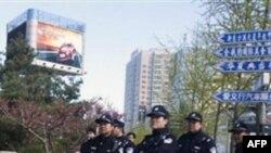 Cảnh sát Trung Quốc canh gác gần khu vực nơi các thành viên của Giáo hội Shouwang thường tập hợp để thờ phượng, ngày 17/4/2011