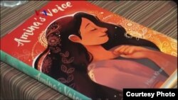 """Buku baru karya penulis Hena Khan yang berjudul """"Amina's Voice""""."""
