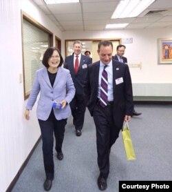 民进党主席蔡英文与共和党全国委员会主席莱因斯·普里伯斯(2015年,蔡英文脸书照片)