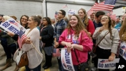 Các ủng hộ viên Thượng nghị sĩ Mitch McConnell tham gia cuộc vận động trong thành phố Hazard, Kentucky