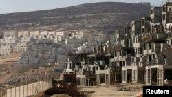 以色列在耶路撒冷附近约旦河西岸占领区建造房屋的照片。