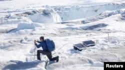 سائنس دان گرین لینڈ میں گلیشیرز کا مطالعہ کر رہے ہیں۔ 18 جون 2019