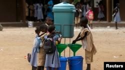 Học sinh rửa tay để phòng chống Ebola ở trường Anono, Abidjan. Ebola đã lây nhiễm cho hơn 6.500 người và giết chết hơn 3.000 người tại Tây Phi.