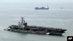 រូបឯកសារ៖ នាវាចម្បាំងរបស់អាមេរិក USS Nimitz នៅឯកំពង់ផៃ Busan ប្រទេសកូរ៉េខាងត្បូង កាលពីឆ្នាំ២០១៣។ កាលពីថ្ងៃសុក្រ អ៊ីរ៉ង់បានអះអាងថា នាវាប្រភេទនេះបានខិតទៅជិតទីតាំងបូមប្រេងមួយរបស់ខ្លួនក្នុងឈូងសមុទ្រពែក។