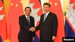 Thủ tướng Campuchia Hun Sen (trái) bắt tay Chủ tịch Trung Quốc Tập Cận Bình trong chuyến thăm Bắc Kinh vào ngày 29/4/2019.