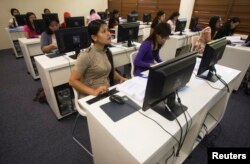 FILE - Indonesian domestic workers attend a computer class during their day off at the Sekolah Indonesia Singapura (Indonesian School) in Singapore, Dec. 12, 2010.