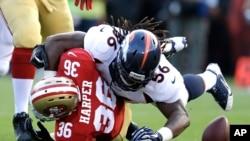 D.J. Harper de San Francisco suelta el balón al ser golpeado por Nate Irving de los Broncos. Denver ganó 10 a 6 a San Francisco.