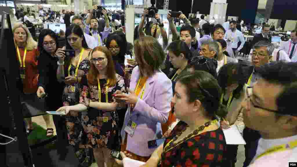 حاشیه های اجلاس سران گروه ۲۰ در ژاپن | خبرنگاران سخنان رهبران جهان را از نمایشگرهای نصب شده در سالن رسانه ها پیگیری و ثبت می کنند.