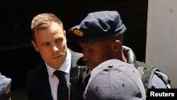 Oscar Pistorius, escorté par la police (Reuters)
