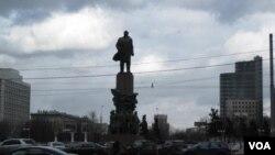 莫斯科十月广场的列宁塑像 美国之音白桦