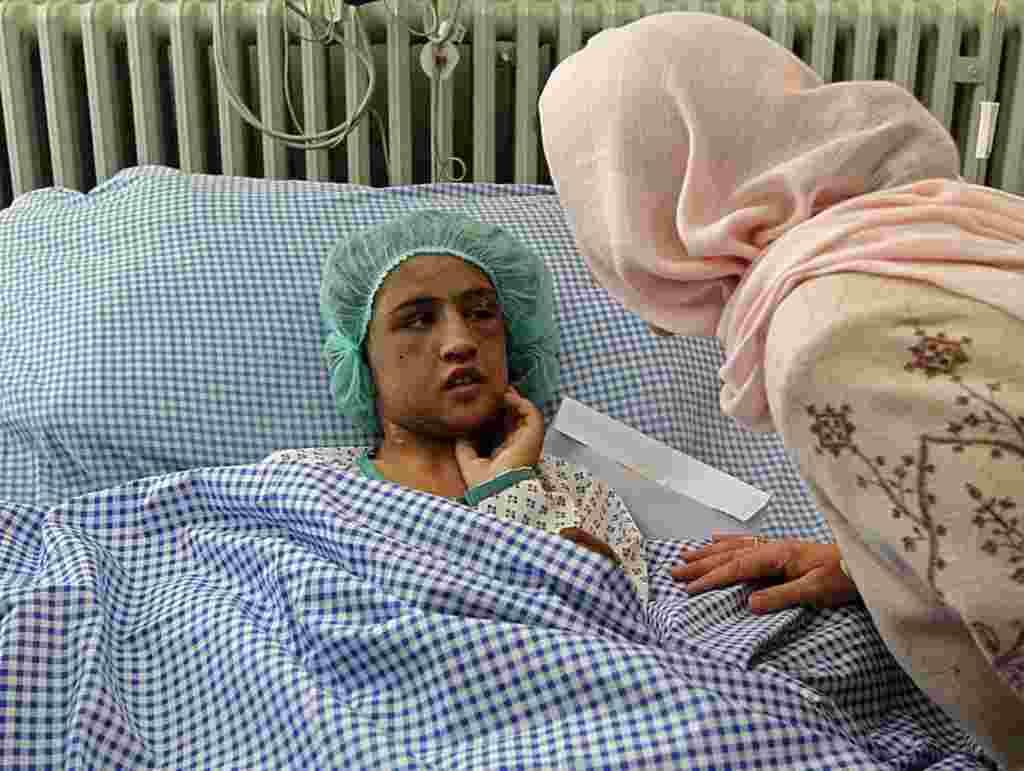 El ministro interino de Afganistán para Asuntos de la Mujer visita a una niña de 15 años que fue torturada por negarse a prostituirse, Kabul 31 de diciembre 2011.