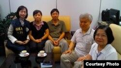 2012年8月11日钟鼎邦(左三)今平安返台,海基会人员接机(海基会提供)