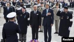 Menteri Luar Negeri Perancis Laurent Fabius (kedua dari kiri) dan Menlu AS John Kerry (kedua dari kanan) di Tugu Tentara Tak Dikenal di Arc de Triomphe di Paris, Perancis (8/5).