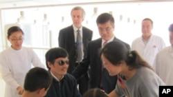 5月1號,陳光誠和家人在北京一家醫院團聚,駱家輝大使也在場。