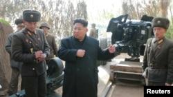 북한 김정은 노동당 위원장이 연평도 인근 서해 최전방에 있는 갈리도 전초기지와 장재도 방어대를 잇달아 시찰했다고 북한 조선중앙통신이 13일 보도했다.