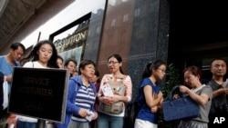 (资料图)中国游客在法国巴黎老佛爷百货商店外排队 (2015年8月26日)