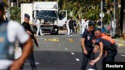 15일 프랑스 니스에서 경찰이 전날 대형 트럭이 돌진하는 테러로 84명이 사망하고 수십 명이 다친 현장 주변을 조사하고 있다.