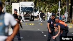 La police française sécurise la zone de l'enquête après l'attentat à l'aide d'un camion lors de la Promenade des Anglais à Nice, France, 15 juillet 2016 . REUTERS / Eric Gaillard