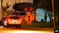 La police en cours d'opération devant un club à Cincinnati, dans l'Ohio, le 26 mars 2017.