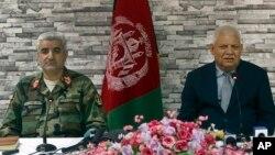 Hafsan sojoji Qadam Shah Shahim da Ministan Tsaro Abdullahi Habibi da suka yi murabus
