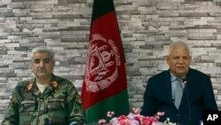 Bộ trưởng Quốc phòng Afghanistan Abdullah Habibi (bên phải) và Tham mưu Trưởng lục quânQadam Shah Shahim, ngày 24/4/2017.