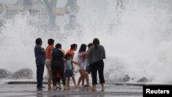 Las olas estallan en el Puerto de Veracruz antes de la llegada de Franklin, ahora convertido en tormenta tropical
