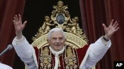 Paus Benediktus memberikan sambutan saat misa Natal di Gereja Basilica Santo Peter di Vatikan, 25 Desember 2012 (Foto: dok). Paus Benediktus akan meletakkan jabatannya tanggal 28 Februari 2013.
